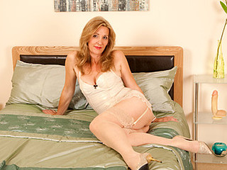 Leggy golden-haired cougar copulates herself with a giant sex tool