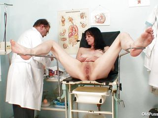 brunete mature bitch receives a sex toy therapy