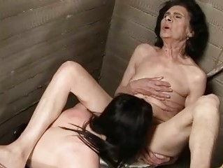 Old brunette babe craves some young hot twat